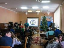Comparta el ministerio de las emergencias del ` seguro del Año Nuevo del ` de Bielorrusia a la una de las escuelas de la región d Imagen de archivo libre de regalías