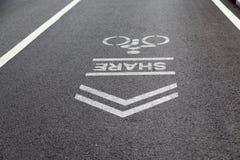 Comparta por favor los carriles de la bici para los motoristas las bicicletas firman adentro el parque Fotos de archivo