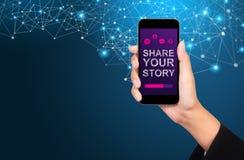 Comparta su concepto de la historia Comparta su historia en la pantalla del smartphone fotografía de archivo libre de regalías