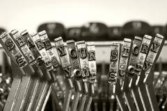 COMPARTA SUS martillos de la máquina de escribir de la HISTORIA imágenes de archivo libres de regalías