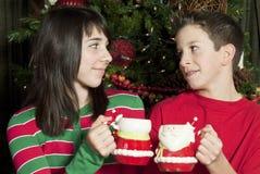 Compartecipazione della tazza di cioccolato caldo immagini stock libere da diritti
