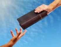 Compartilhando da Bíblia Imagens de Stock