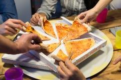 Compartilhando da pizza italiana foto de stock royalty free