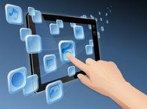 Compartilhando de media ao Web com o computador da tabuleta foto de stock