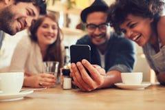 Compartilhando de memórias velhas no telefone esperto Foto de Stock