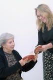 Compartilhando de um livro com a mamã Fotografia de Stock