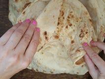 Compartilhando de um pão do lavash no árabe mais quartier em munich fotografia de stock royalty free