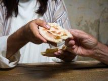 Compartilhando do pão santamente imagens de stock