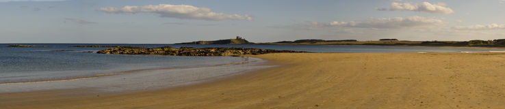 Compartiment d'Embleton et château de Dunstanburgh photos stock
