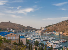 Compartiment de Balaklava avec des yachts et de petits bateaux Photo libre de droits
