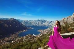 Compartiment de Kotor montenegro Femme romantique dans la robe de soufflement au-dessus du LAN Photographie stock libre de droits
