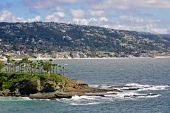 Compartiment en croissant regardant vers la plage principale Photographie stock