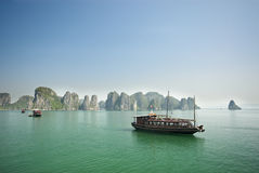 Compartiment long d'ha, bateau de touristes du Vietnam Photo libre de droits