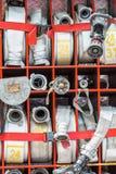 Compartiment van opgerolde brandslangen op brandvrachtwagen Stock Afbeeldingen