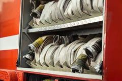 Compartiment van opgerolde brandslangen op een brandweerauto Noodsituatie s Stock Afbeelding