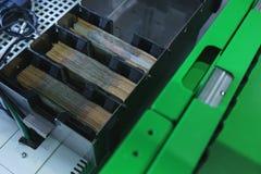 Compartiment voor contant geld in ATM, bankbiljetten die op uitgifte aan klanten worden voorbereid royalty-vrije stock afbeelding