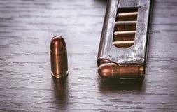 Compartimento da arma com as balas do calibre de 9mm Foto de Stock Royalty Free