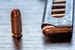 Compartimento da arma com as balas do calibre de 9mm Fotos de Stock Royalty Free