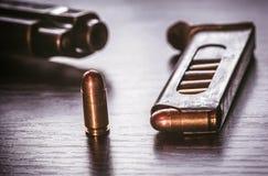 Compartimento da arma com as balas do calibre de 9mm Fotografia de Stock