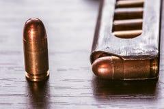 Compartimento da arma com as balas do calibre de 9mm Imagens de Stock Royalty Free