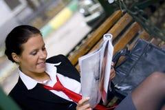 Compartimento da leitura da mulher de negócios fotos de stock