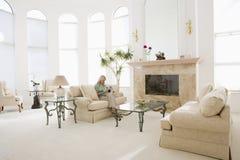 Compartimento da leitura da mulher na sala de visitas Imagens de Stock Royalty Free