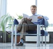 Compartimento da leitura do homem de negócios na sala de espera fotos de stock