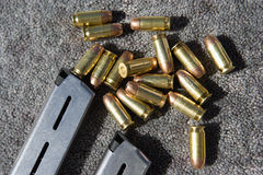 Compartimento e balas da arma no tapete Fotos de Stock