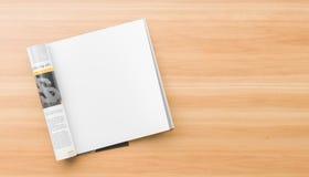 Compartimento isolado, quadrado da página realística, direita ou zombaria do catálogo acima no fundo de madeira Página quadrada v ilustração do vetor