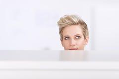 Compartimento pensativo do escritório de Looking Up In da mulher de negócios fotos de stock royalty free