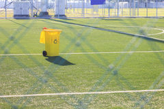 Compartimiento amarillo en hierba artificial en estadio de fútbol Fotografía de archivo libre de regalías