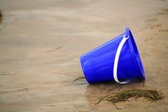 Cubo azul de la arena imagenes de archivo
