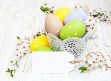 Compartimiento con los huevos de Pascua Imagenes de archivo