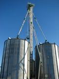 Compartimiento de acero del grano y cielo azul fotografía de archivo