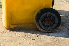 Compartimiento de basura amarillo en la calle foto de archivo
