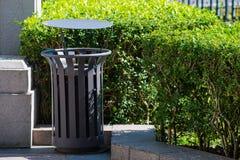 Compartimiento de basura del metal en el parque público Foto de archivo libre de regalías
