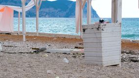 Compartimiento de basura en la playa almacen de video