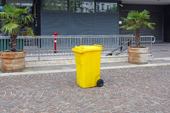 Compartimiento de basura plástico amarillo Foto de archivo libre de regalías