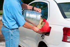 Compartimiento de colada de efectivo en depósito de gasolina del coche Imagen de archivo libre de regalías