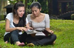 Compartimiento de la lectura de la actividad de las muchachas al aire libre Fotografía de archivo
