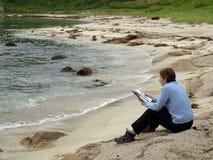 Compartimiento de la lectura de la muchacha Fotos de archivo libres de regalías