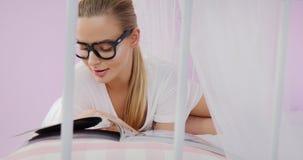 Compartimiento de la lectura de la mujer joven foto de archivo libre de regalías