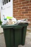 Compartimiento de reciclaje fuera de la casa Fotografía de archivo libre de regalías