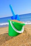 Compartimiento del bebé con la arena y una pala Fotografía de archivo