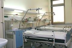 Compartimiento del hospital con el equipo de la cardiología Imagen de archivo