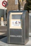 compartimiento público francés moderno grande para el uso posterior de la basura del recyclabe cerca Foto de archivo libre de regalías