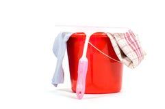 Compartimiento rojo con las herramientas de la limpieza de ventanas Fotografía de archivo libre de regalías