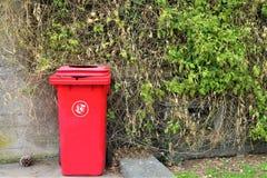 Compartimiento rojo para la basura m?dica imágenes de archivo libres de regalías
