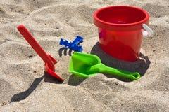 Compartimiento y palas de la playa Foto de archivo libre de regalías