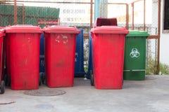 Compartimientos azules, rojos, papeleras de reciclaje Imágenes de archivo libres de regalías
